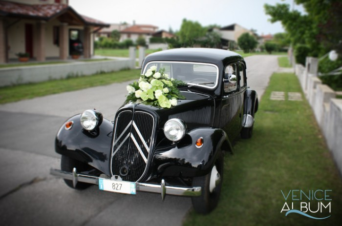 How to Incorporate Vintage Cars Into Your Wedding Photos